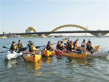 Enjoyable experiences when rowing Kayak on Han river